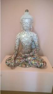Ungezähmte Begegnung von Gonkar Gyatso (Kunstharz, Collage mit applizierten farbigen Stickern)