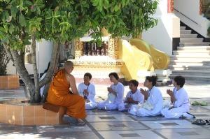 2017-08-buddhism-1581315_640